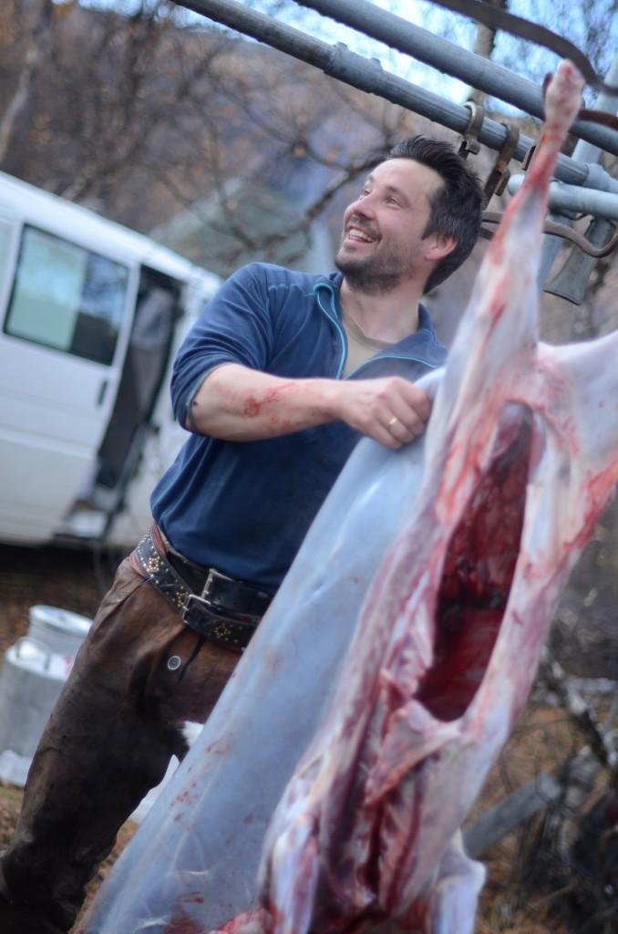 Nils Jovnna Eira Meløy viste oss hvordan et dyr slaktes, vommes og flås - imponert er ordet!